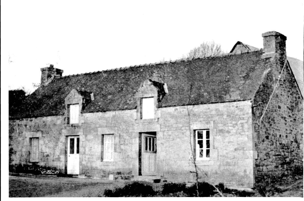 Maison longue et famille tendue en bretagne pers e - Couverte d ardoises ...