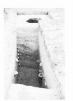 Fig. 8 Cassagnau (commune de Pauligne) : sondage archéologique dans le fossé artificiel qui entourait le cimetière médiéval (fouille et cl. D. Baudreu)